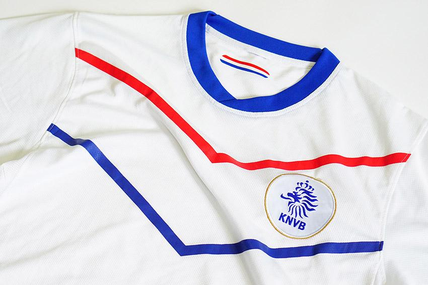 Giveaways that this dutch jersey is fake
